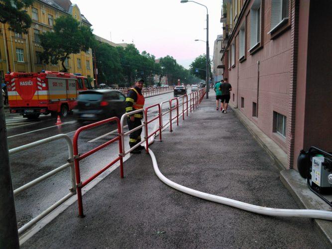 Technický zásah – odčerpávanie vody po prívalovom daždi